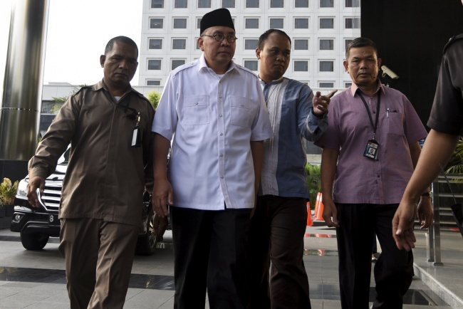 LAMPUNG POST | Gubernur Bengkulu dan Istri Ditetapkan sebagai Tersangka