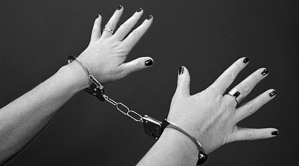 LAMPUNG POST | Kepergok Mencuri, Ibu Rumah Tangga Digelandang ke Polisi