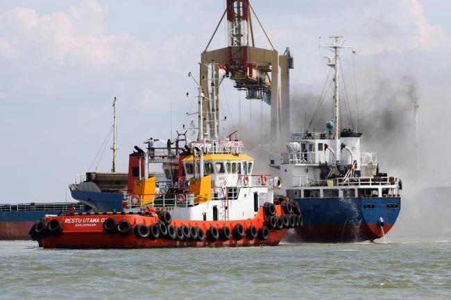 LAMPUNG POST | 187 Penumpang Kapal Terbakar di Masalembu Sudah Dievakuasi