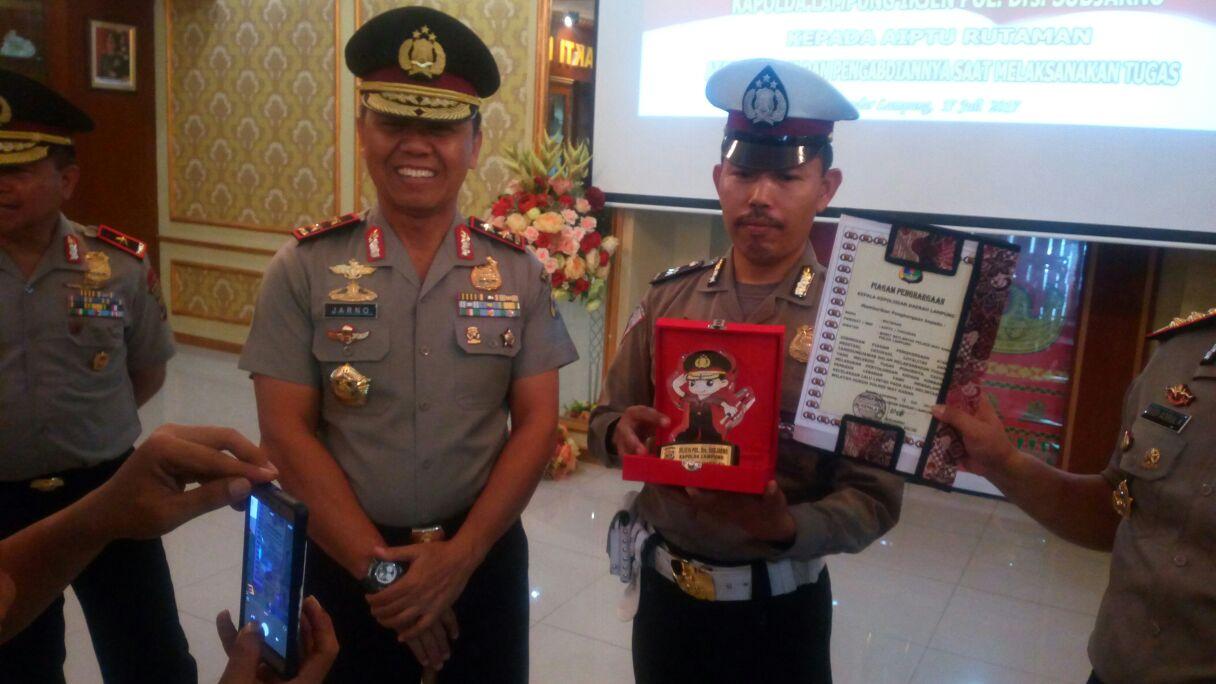 LAMPUNG POST | Tuai Pujian di Medsos, Aiptu Rutaman dapat Reward Kapolda Lampung