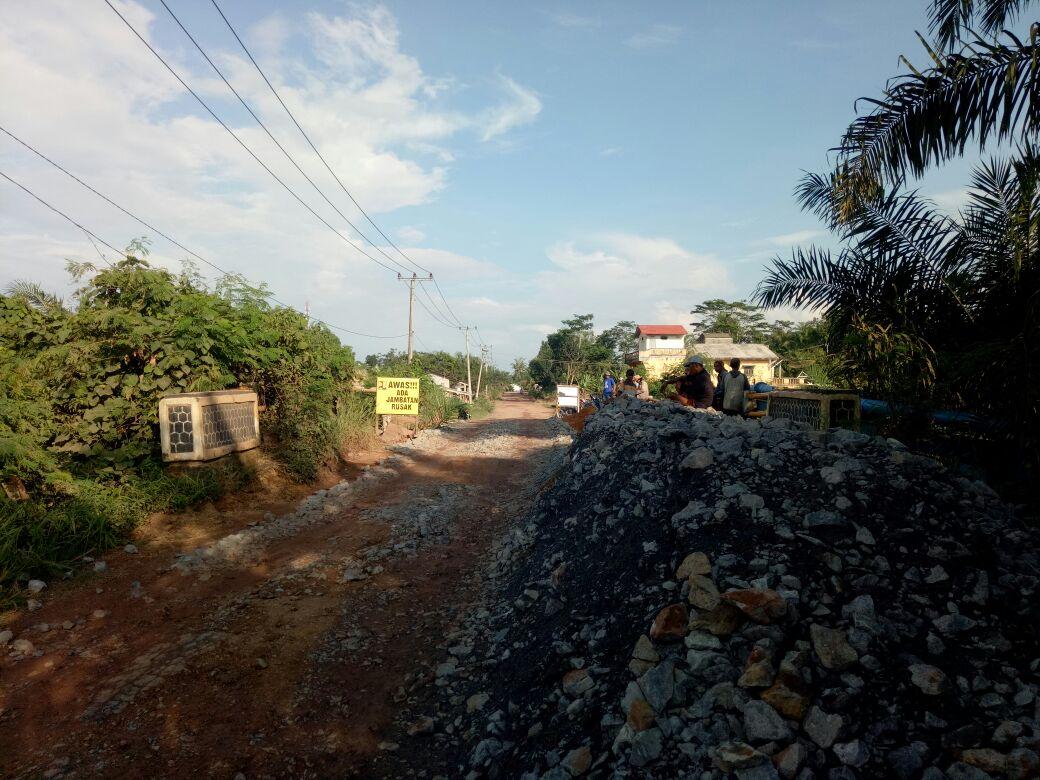 Jembatan Ambrol di Simpang Penawar-Rawajitu Langsung Ditimbun