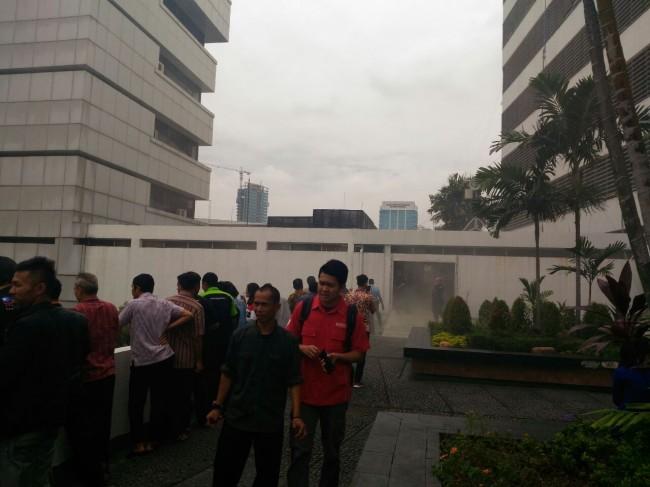 LAMPUNG POST | Lantai Dua Gedung DPR Terbakar, Pegawai Berhamburan