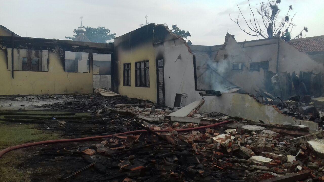 LAMPUNG POST   Gedung STKIP Kumala Metro dan Kantor Dharmawacana Hangus Terbakar