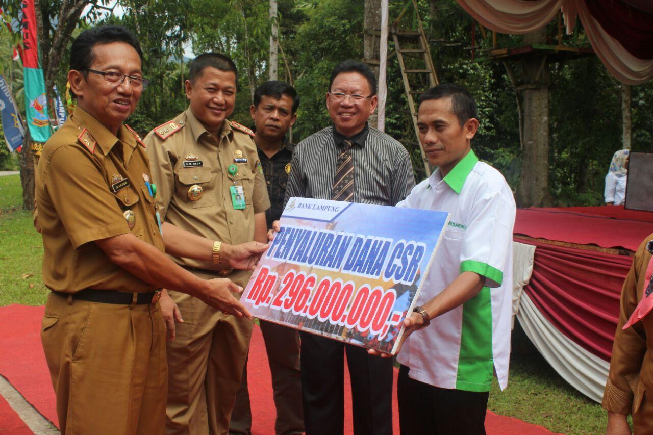 LAMPUNG POST    Bank Lampung Cabang Kotaagung Serahkan Bantuan CSR untuk Pariwisata