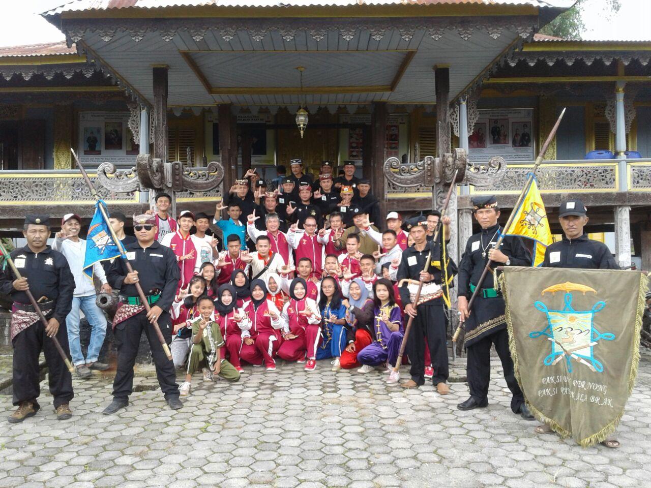 LAMPUNG POST | Atlet Wushu Lambar Dilepas dari Gedong Dalom Kepaksian Pernong