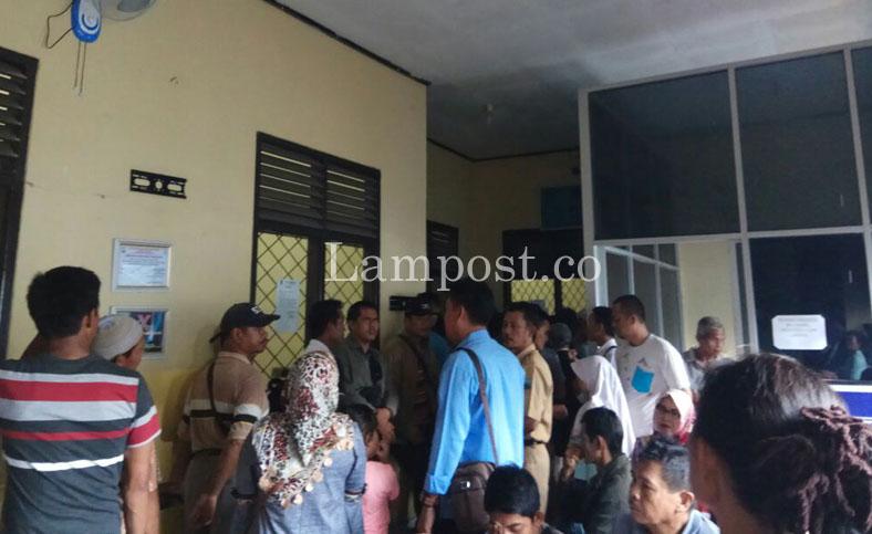 LAMPUNG POST | Antre Berjam-jam, Wajib Pajak Keluhkan Pelayanan Samsat Kalianda
