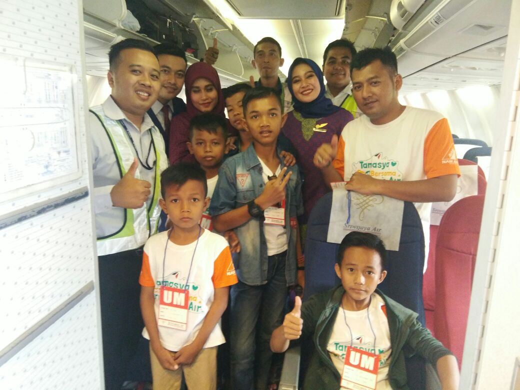 LAMPUNG POST | Sriwijaya Air Ajak Anak Panti Bertamasya