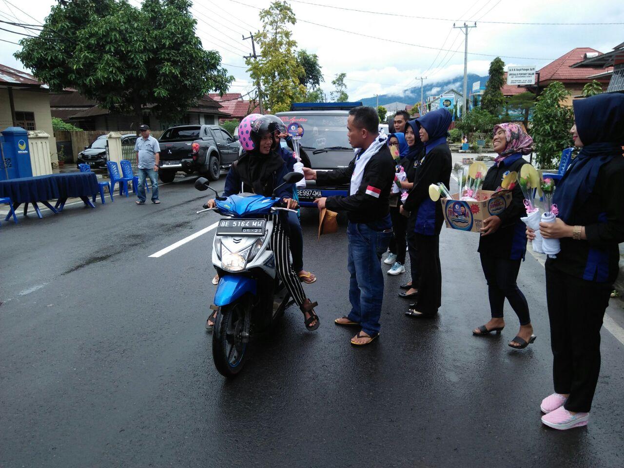Partai NasDem Lampung Barat Bagikan Bunga