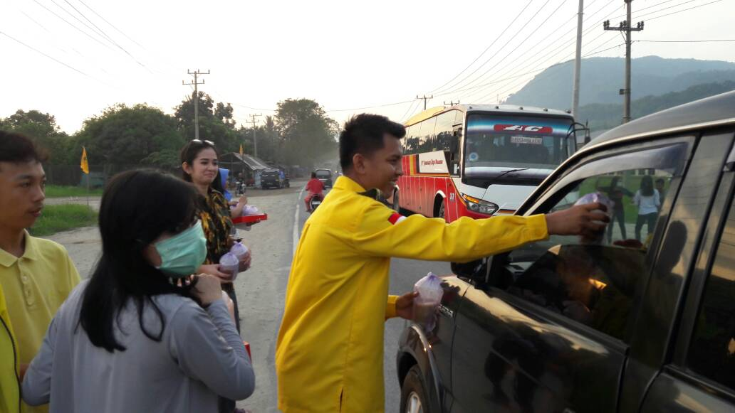 LAMPUNG POST | AMPG Lampung Selatan Bagikan Takjil kepada Pengendara