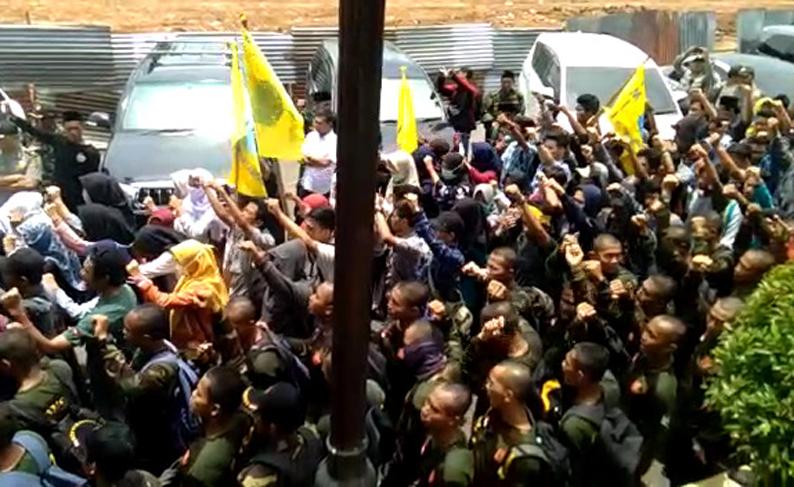 VIDEO: Datangi Polda, Ratusan Massa Desak Bupati Lamsel Ditahan