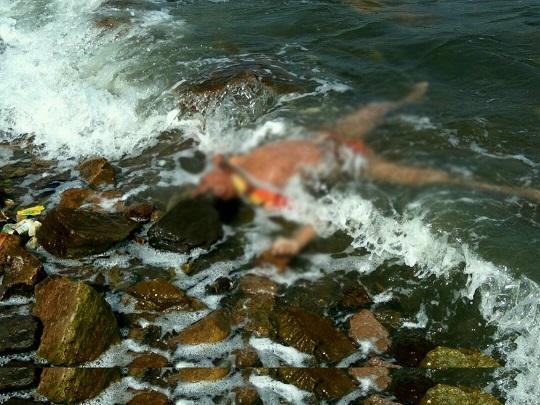LAMPUNG POST   Tukang Rongsok Temukan Mayat Anonim di Pantai Sukaraja