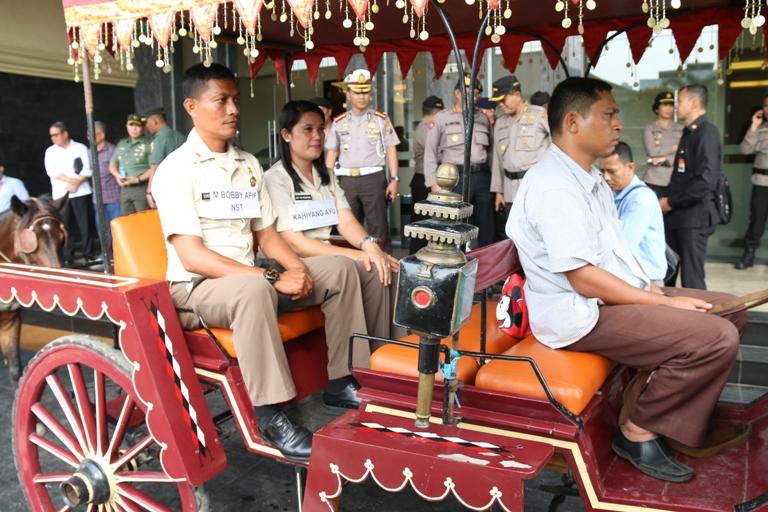 LAMPUNG POST | Wali Kelas dan Kepala Sekolah SMAN 9 Diundang Bobby ke Medan