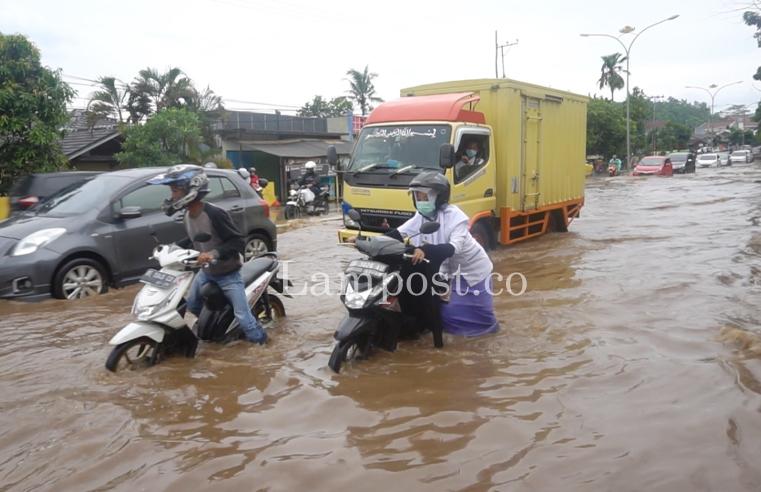 Terobos Banjir, Sejumlah Motor Mogok di Jalan Pramuka