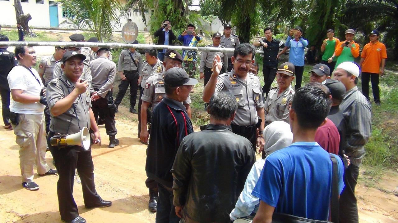 LAMPUNG POST | Warga Blambangan Umpu Demo PT Bumi Madu Mandiri Dikawal Polres Way Kanan