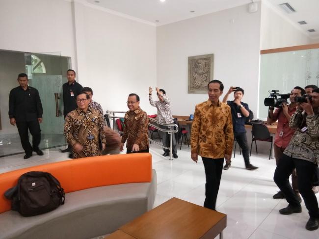 LAMPUNG POST | Jokowi 'Clingak-clinguk' di Ruang Wartawan Istana