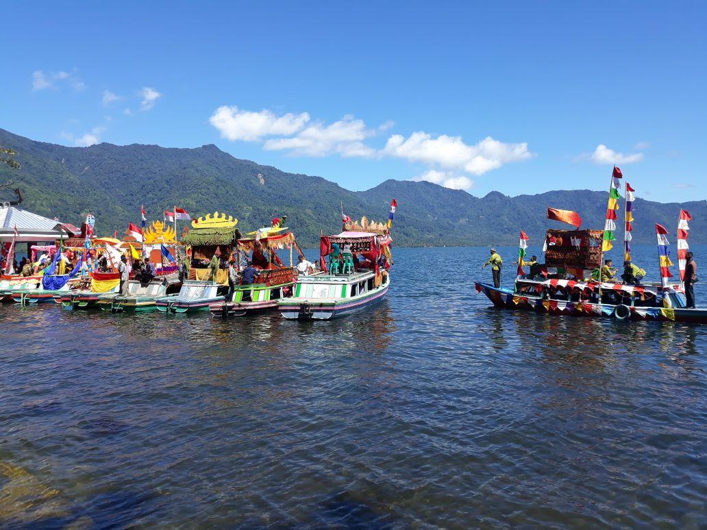 Belasan Perahu Hias Tampil di Gebyar Lumbok Seminung