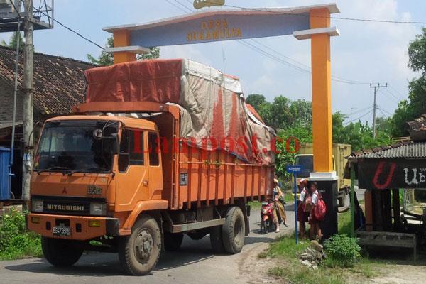 LAMPUNG POST   Kelebihan Tonase Picu Kerusakan Jalan Provinsi di Palas