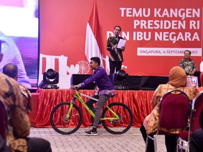 LAMPUNG POST | Jokowi Baca Puisi dan Bagi-bagi Sepeda di Singapura