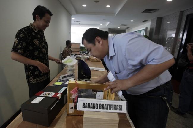 LAMPUNG POST   Lelang Barang Rampasan, Ponsel Koruptor Cuma Rp41 Ribu