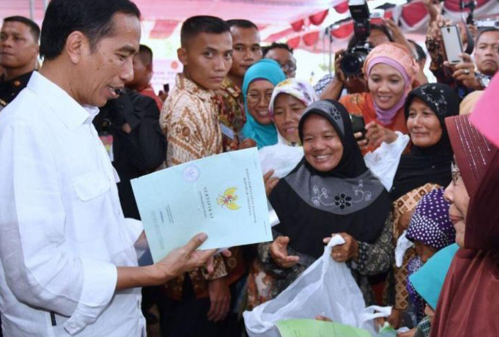 Jokowi Bagikan 2.568 Sertifikat Tanah di Papua Barat