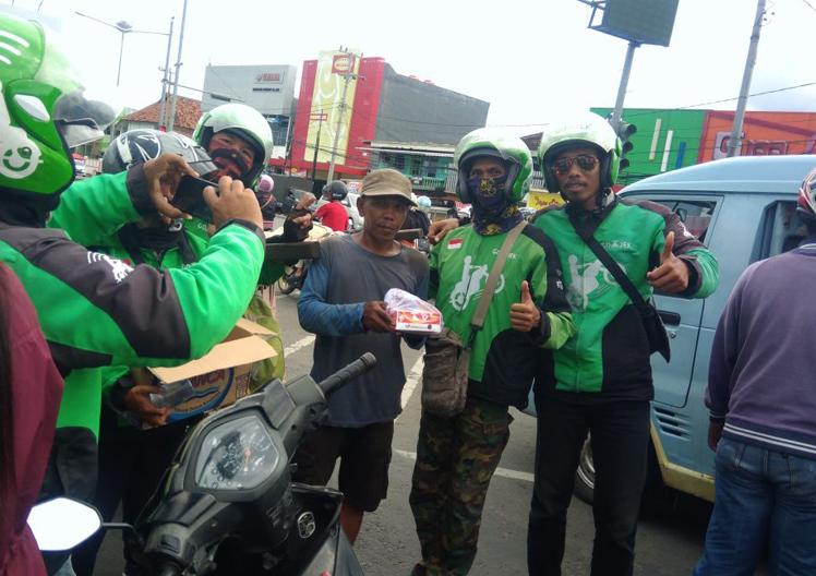 LAMPUNG POST | Jalin Silaturahmi, Driver Gojek Bagikan 350 Nasi Bungkus