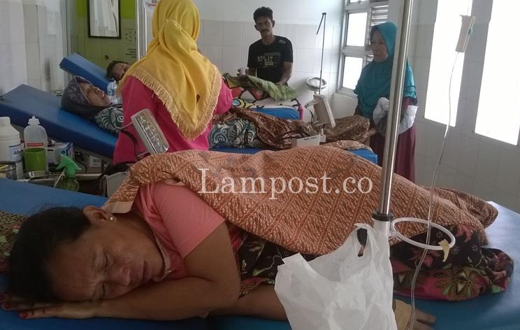 LAMPUNG POST | Diduga Keracunan Makanan, 6 Warga Cungkeng Dilarikan ke Puskesmas