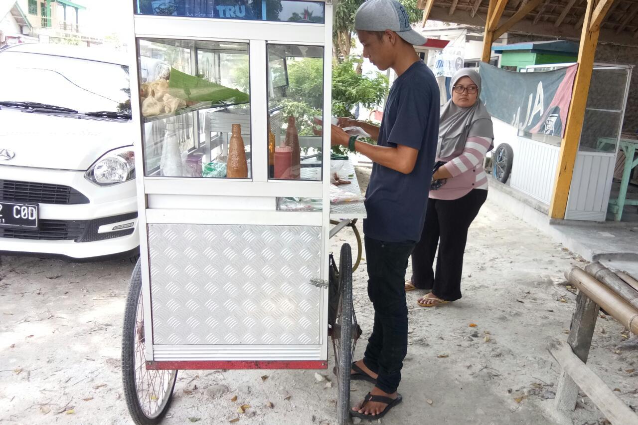 LAMPUNG POST | Merantau Demi Mengais Rezeki dengan Batagor Keliling