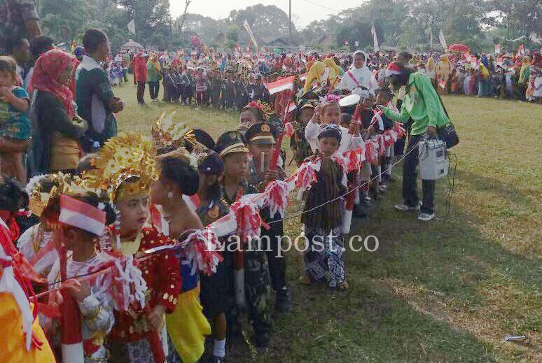 LAMPUNG POST | Ribuan Siswa TK-PAUD Seputihmataram Meriahkan Karnaval Kemerdekaan