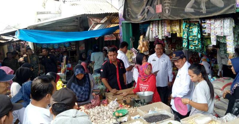 LAMPUNG POST | Tim Temukan Makanan Kedaluwarsa dan Berjamur di Pasar Sidomulyo