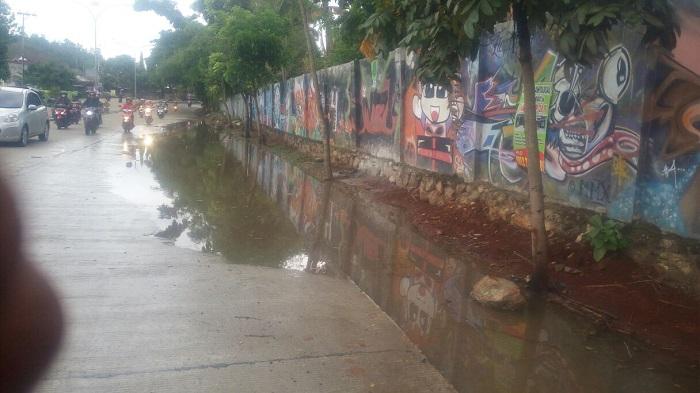 LAMPUNG POST | Hujan, Ruas Jalan Pramuka Tergenang Air