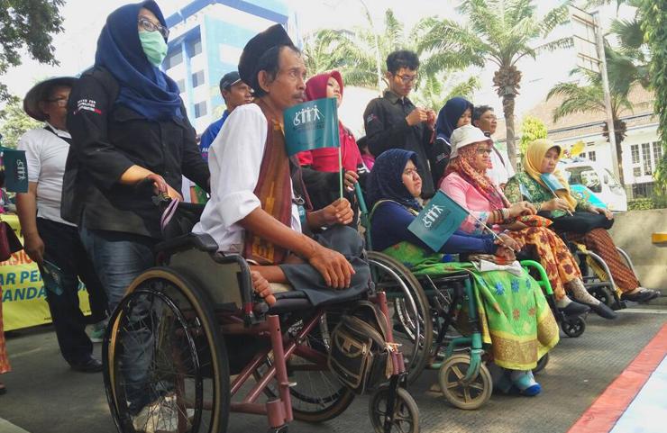 LAMPUNG POST   Tagih Janji Jokowi, Ratusan Penyandang Disabilitas Datangi Istana
