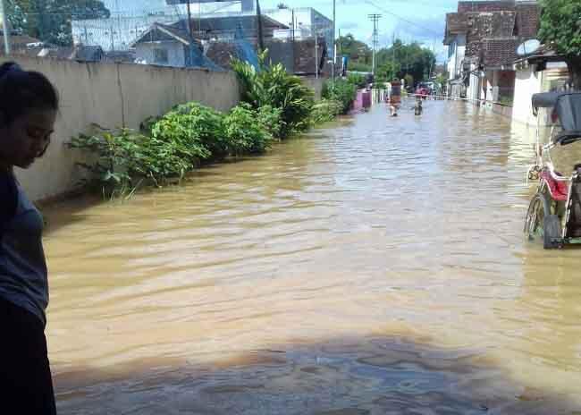 Aktivis PMII Lampura Bantu Korban Banjir