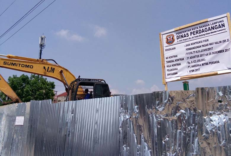 LAMPUNG POST | Kontraktor Akhirnya Pasang Plang Proyek Pasar Way Halim