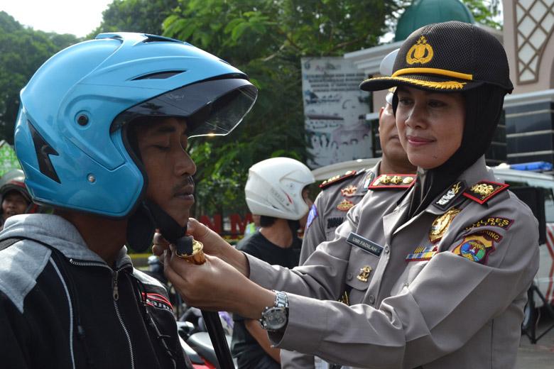 Kampanyekan Keselamatan Berkendara, Polres Metro Bagikan Helm SNI