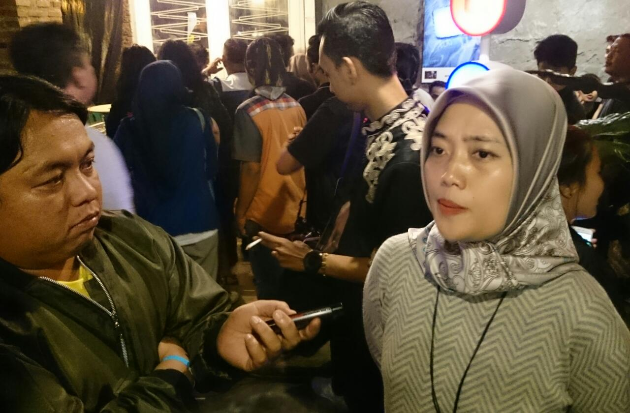Ngefans, Nunik Nonton Band Naif di Authenticity