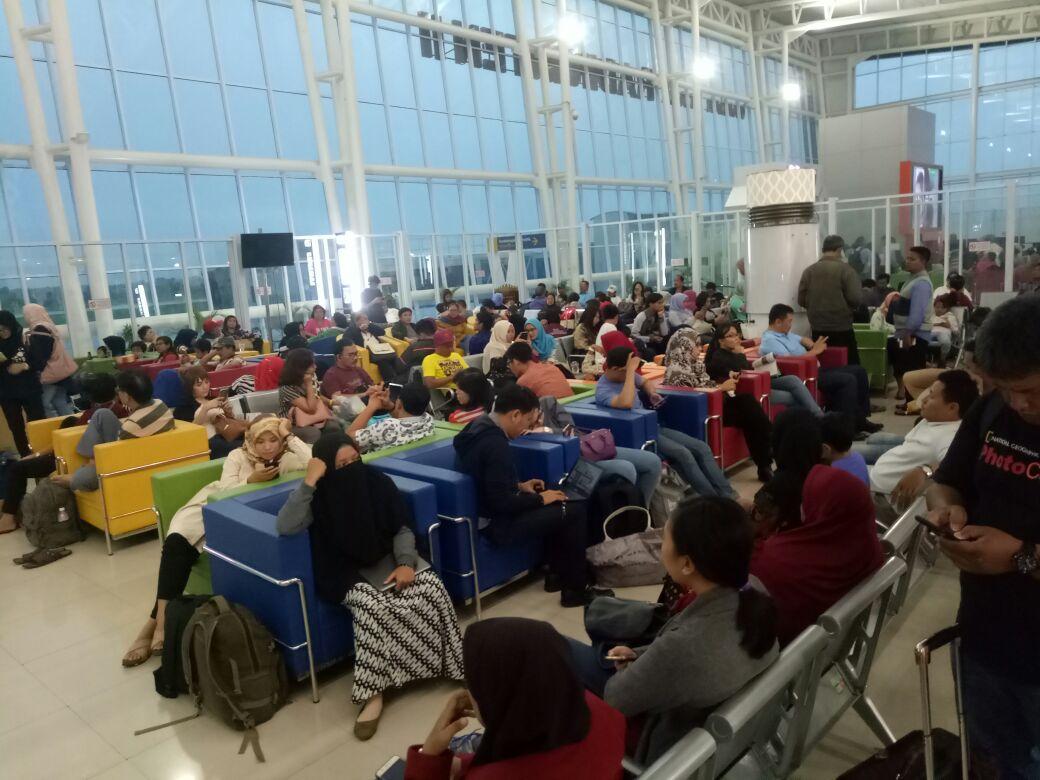 LAMPUNG POST | Sejumlah Penerbangan Ditunda, Penumpang Menumpuk di Bandara Radin Inten II