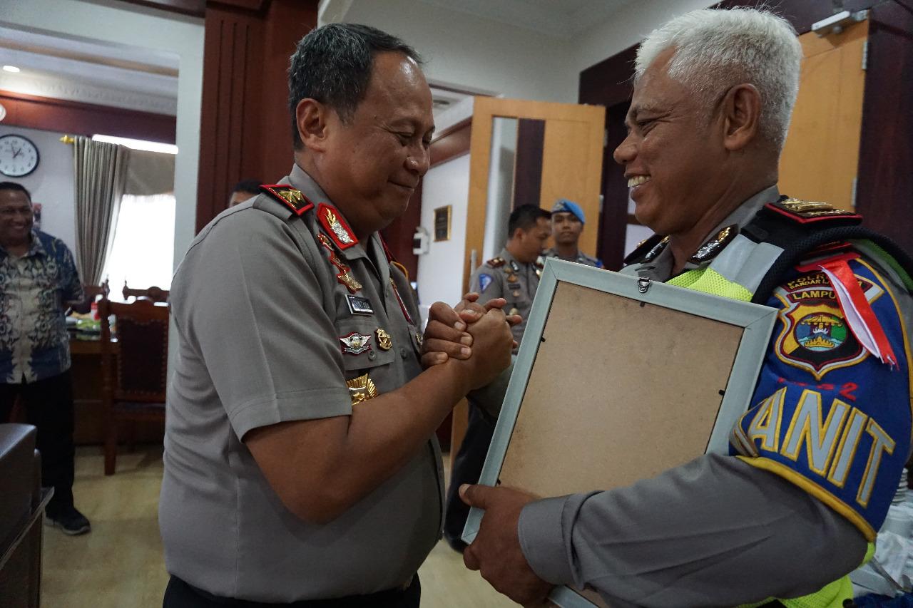 Kapolda Beri Penghargaan Kanit Turjawil Satlantas Polresta Bandar Lampung
