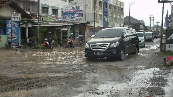 LAMPUNG POST   Jalan Kh Gholib Pringsewu Butuh Perbaikan