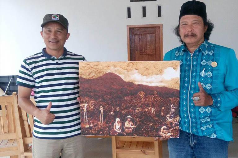 Lukisan Ampas Kopi Warnai Seduh 1000 Cup V60 di Kebun Raya Liwa