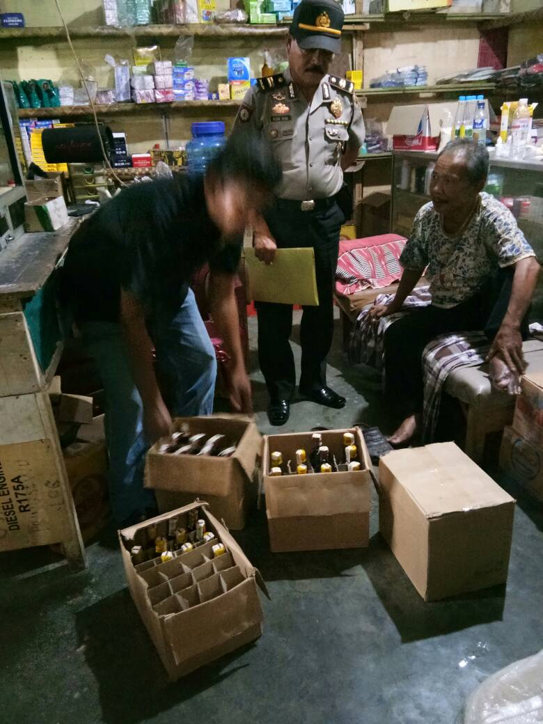 LAMPUNG POST | Polisi Sita Miras dan Petasan di Pringsewu