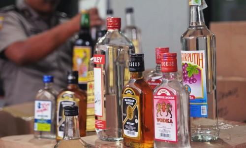 LAMPUNG POST | Polisi Sita Puluhan Botol Miras dan Petasan di Pringsewu