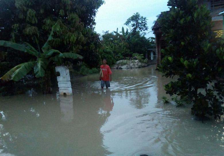 LAMPUNG POST   Diguyur Hujan 5 Jam, 15 Rumah di Mulyoasri Terendam Banjir