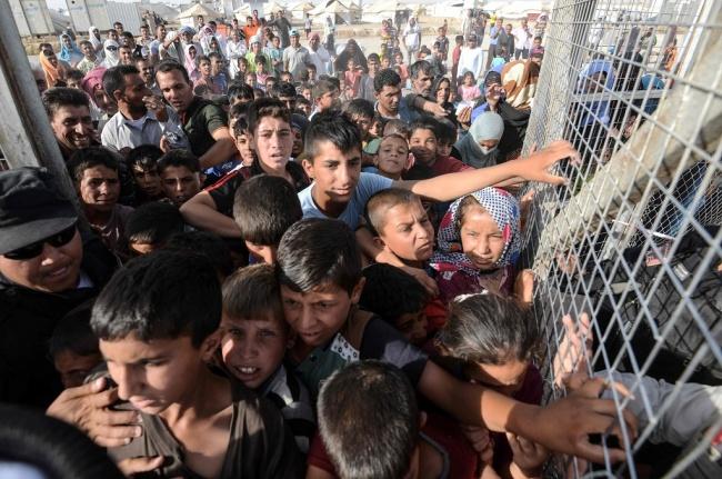 LAMPUNG POST | Ratusan Pengungsi Irak Diduga Keracunan Makanan