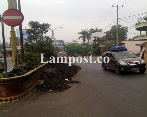 LAMPUNG POST | Tumpukan Batu Bara Masih Berserahkan di Perempatan Tugu Alamsyah Kotabumi