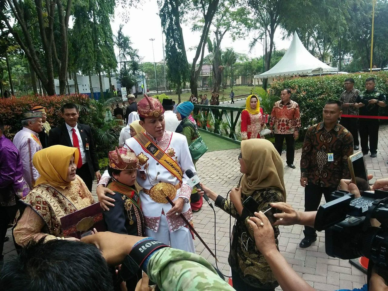 LAMPUNG POST | Sultan Sekala Bkhak Hadiri Resepsi Pernikahan Kahiyang-Bobby di Medan