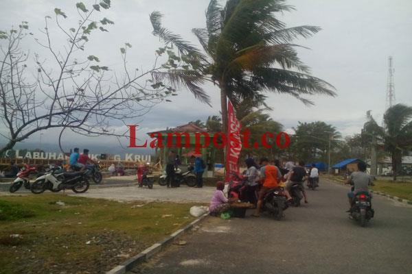 LAMPUNG POST | Pedagang di Pantai Labuhan Jukung Diminta Kosongkan Areal Pantai