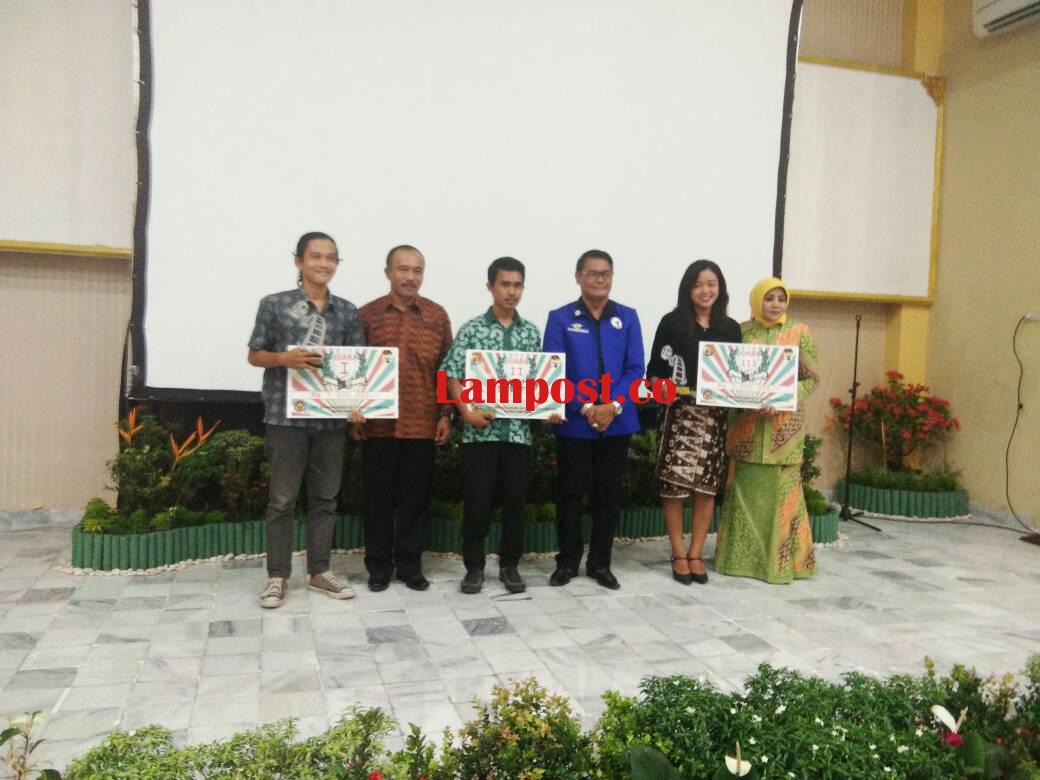 LAMPUNG POST   Tiga Pemenang Festival Film Pendek Terima Hadiah dari Polda Lampung