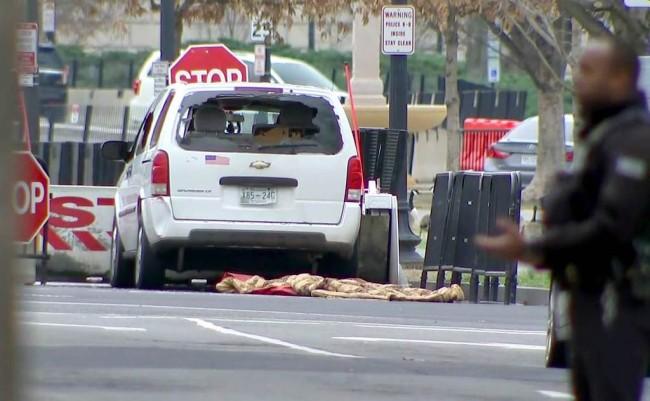 LAMPUNG POST | Mobil Chevrolet Terobos Barikade Keamanan Gedung Putih