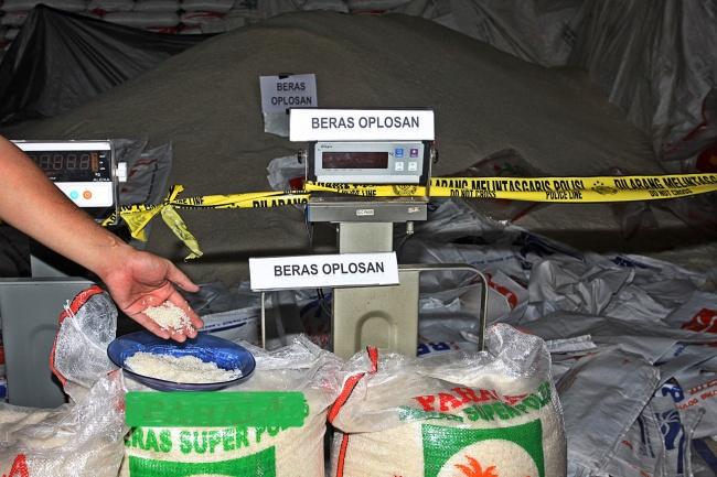 LAMPUNG POST | Ditemukan Gudang yang Diduga Oplos Beras di Sumsel