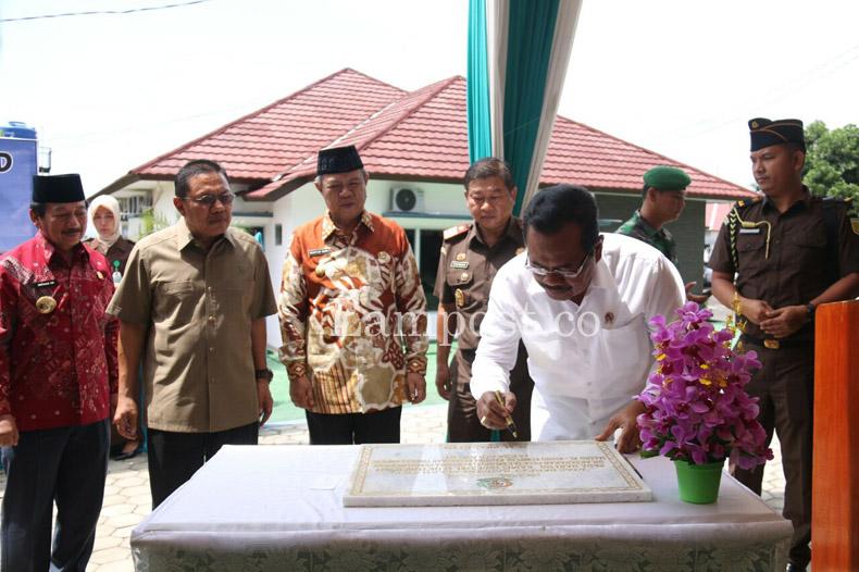 LAMPUNG POST   Jaksa Agung Letakkan Batu Pertama Masjid di Kejati Lampung